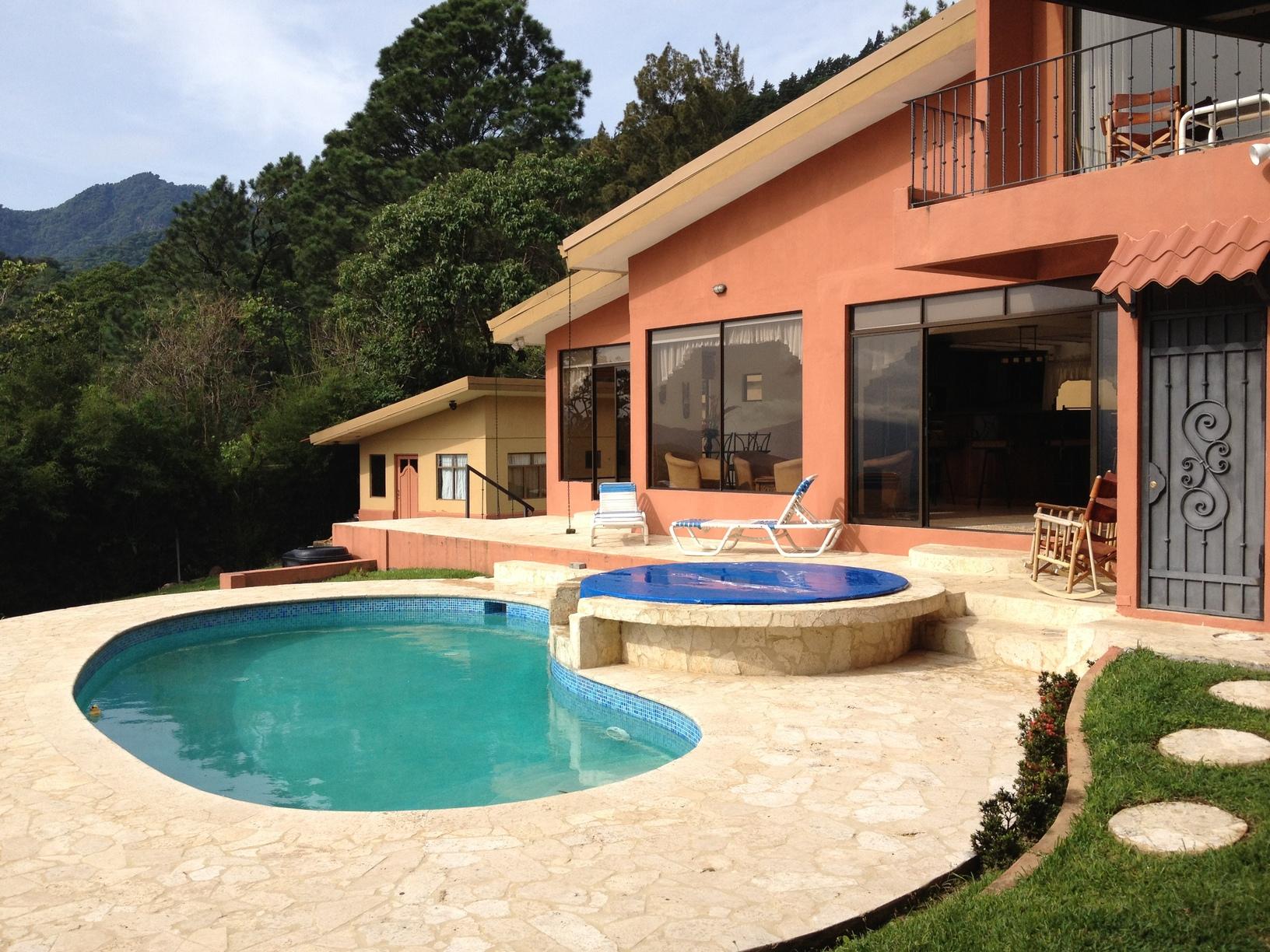 Espectacular casa con piscina propia en escazu inmotico for Apartamentos con piscina propia