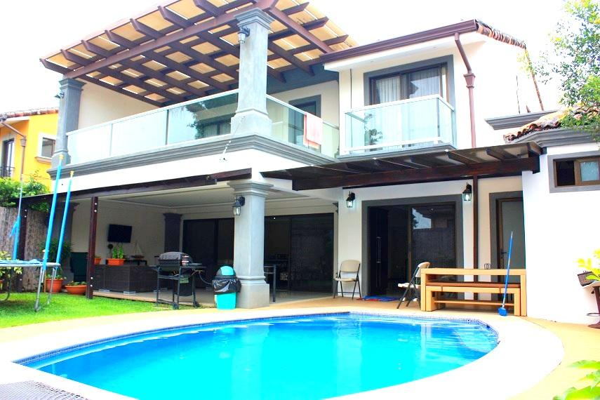 Lujoso casa en condominio con piscina propia santa ana for Apartamentos con piscina propia